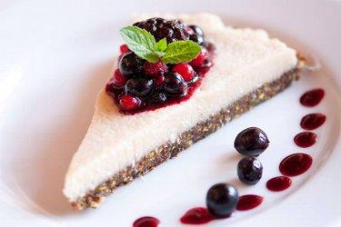 Prăjitură sănătoasă raw-vegană tip cheesecake (fără gluten)
