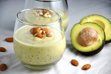 Budincă sănătoasă cu avocado şi seminţe de chia