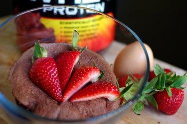 Prăjitură proteică în cană cu preparare rapidă (fără gluten, fără zahăr)