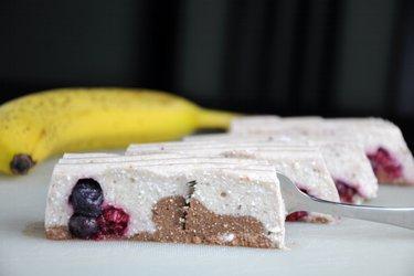 Desert cu banane şi brânză quark ce nu necesită coacere (fără gluten)