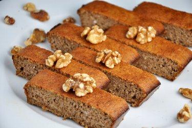 Prăjitură simplă cu nuci compusă din 3 ingrediente (fără gluten)