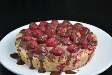 Prăjitură cu zmeură şi umplutură de avocado şi cacao (fără gluten)