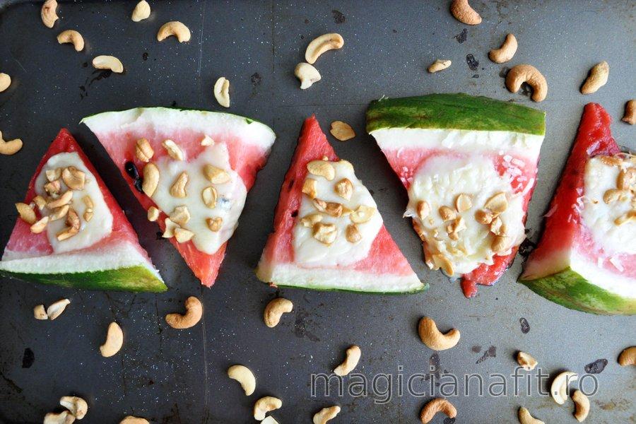 Pepene roşu la cuptor cu mozzarella şi nuci