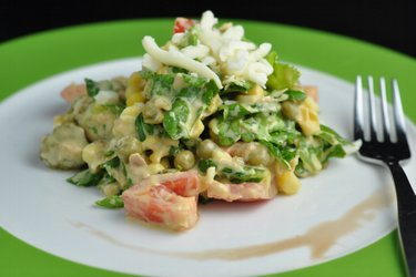 Salată fitness cu ton, mazăre și brânză