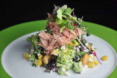 Salată fit cu broccoli, brânză de vaci, ton și porumb