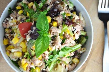 Salată fit cu paste, legume și ton