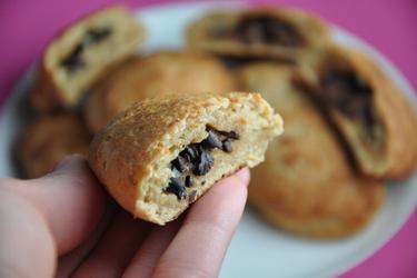 Prăjitură din grâu integral umplută cu ciocolată şi boabe de cacao - Pain au chocolat