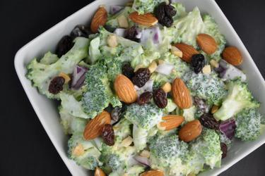 Salată sănătoasă de broccoli cu stafide şi migdale