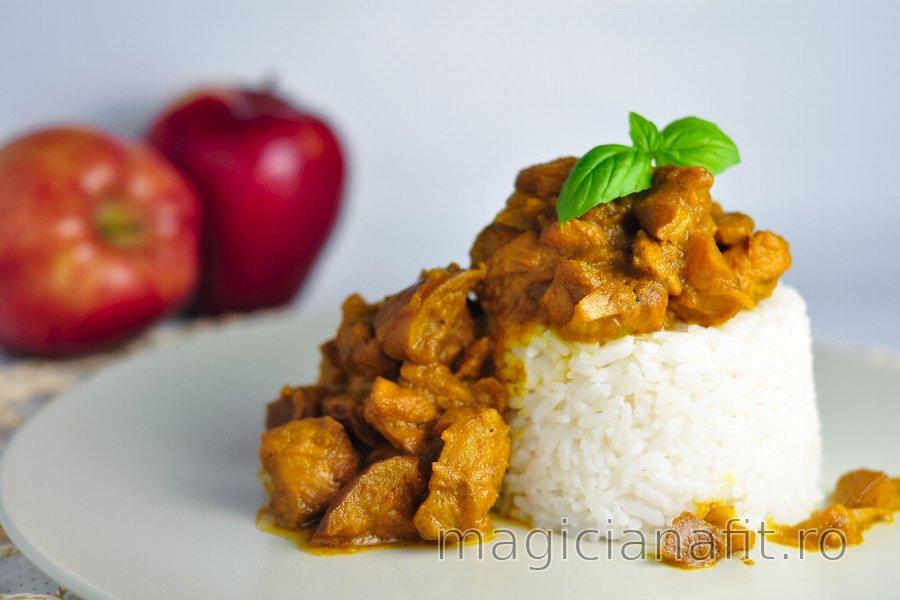 Curry fitness cu pui și mere