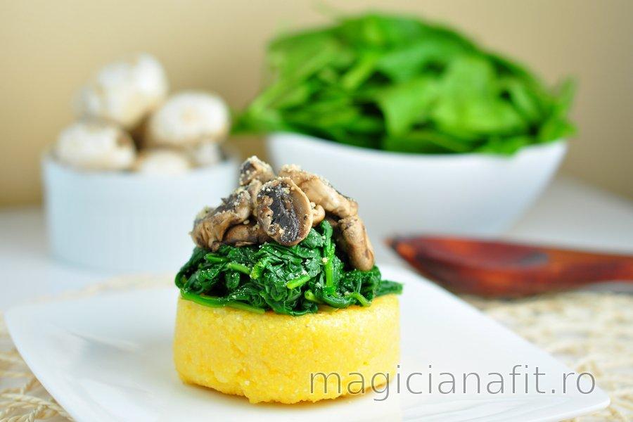 Polenta rapidă cu spanac și ciuperci