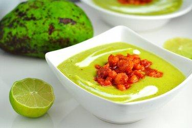 Supă rece cu avocado și creveți picanți