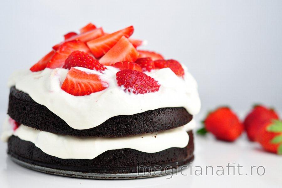 Prăjitură sănătoasă cu cacao fără făină și cu cremă de căpșune-quark