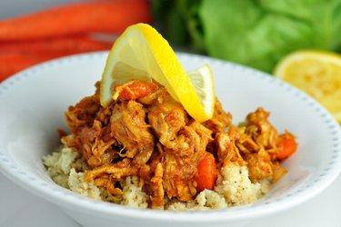 """Piept de pui low carb cu morcov și """"orez"""" din conopidă"""