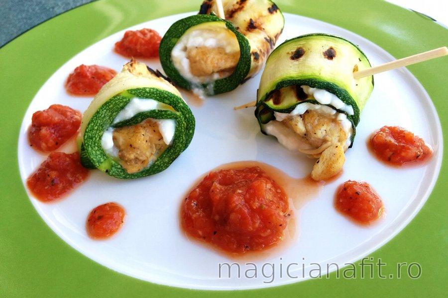 Rulouri de pui şi zucchini cu brânză de vaci şi sos de roşii