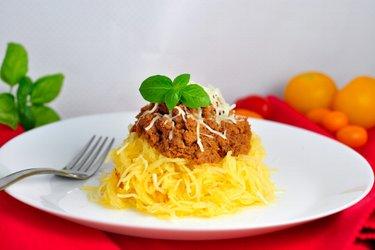 """""""Spaghetti"""" din dovleac cu carne de curcan tocată în sos de roșii"""
