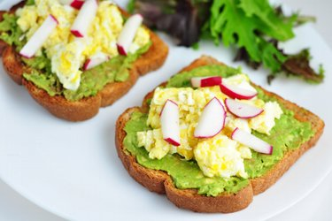 Tartine sănătoase cu avocado, omletă și ridichi