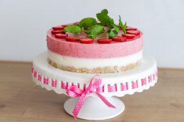 """Prăjitură """"Perfecțiune"""" cu iaurt și căpșune, sănătoasă și fără coacere"""
