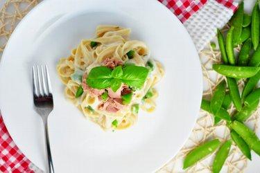 Fettuccine cu sos ușor de conopidă și usturoi