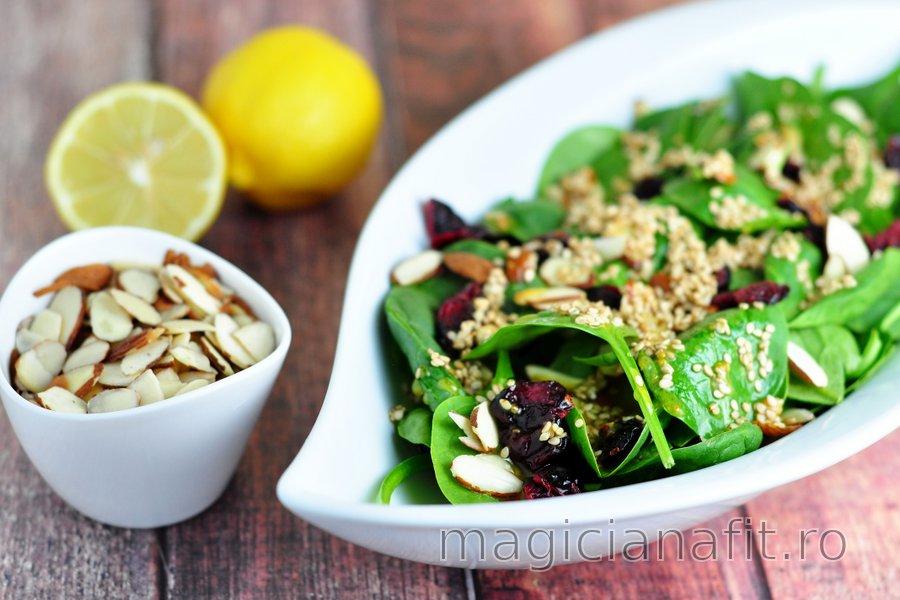 Salată de spanac cu sos de muștar-miere-semințe de susan