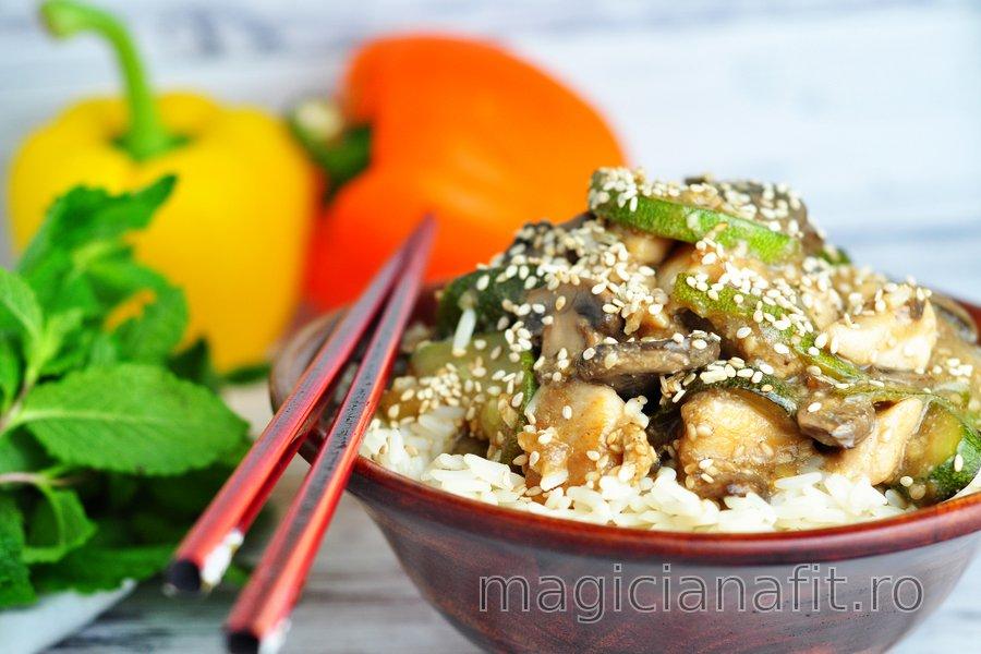 Piept de pui fit cu zucchini, ciuperci și semințe de susan