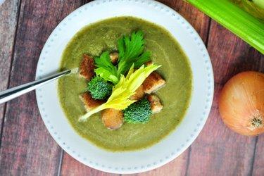 Supă simplă cu țelină și broccoli