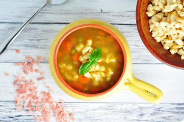 Supă sănătoasă cu morcov, mazăre și gnocchi din năut