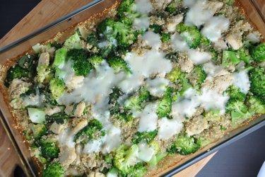 Quinoa la cuptor cu broccoli şi pui