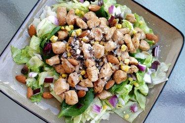 Salată de pui sănătoasă cu ceapă roşie şi migdale