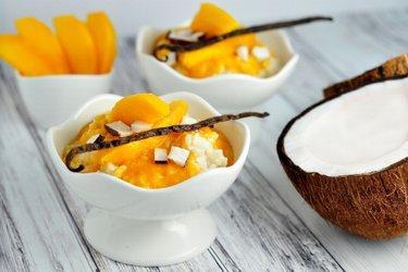 Budincă sănătoasă cu orez, lapte, vanilie și mango