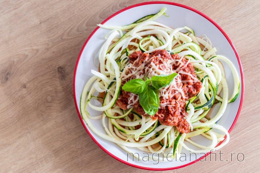 """Spaghete"" dietetice din zucchini cu sos de ton"