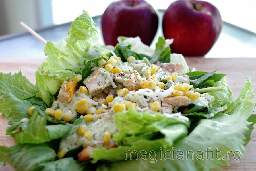 Sendviş uşor cu salată şi sos de avocado