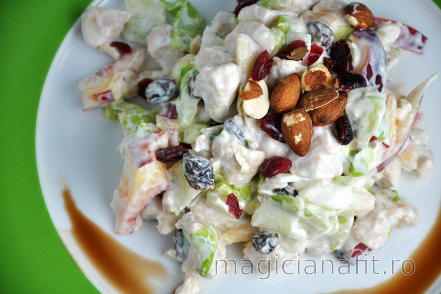 Salată delicioasă cu fructe şi pui