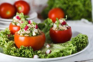 Roşii umplute cu salată de ton şi ou