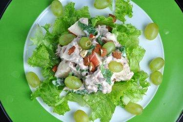 Salată de ton cu fructe şi verdeţuri