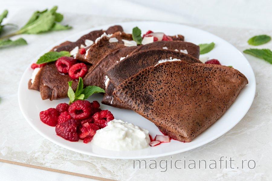 Clătite din grâu spelta cu ciocolată, ricotta și zmeură fierbinte