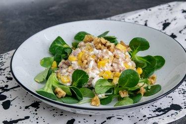 Salată de ton cu brânză de vaci, porumb şi nuci
