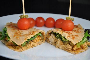 Stroganoff sănătos de pui în tortillas de casă din grâu integral şi brânză