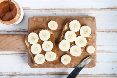 Pâine prăjită din grâu integral cu banană și unt de arahide