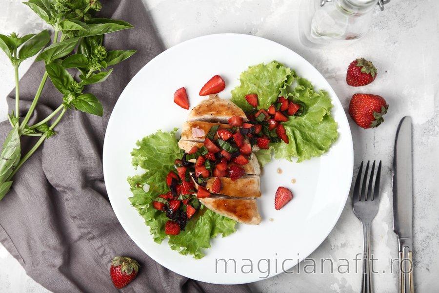 Piept de pui simplu la grătar cu busuioc și căpșune