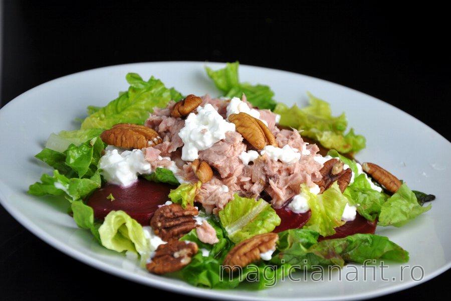 Salată de ton sănătoasă cu sfeclă roşie şi nuci