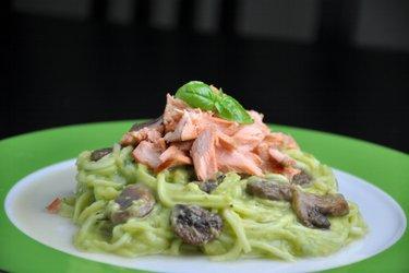 """Spaghetti"" din zucchini cu somon şi sos cremos de avocado"