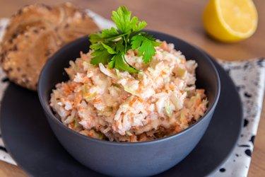 Salată de varză coleslaw sănătoasă şi uşoară