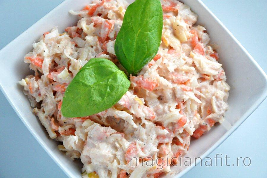 Salată de ton cu varză murată, morcov şi măr
