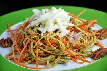 """""""Spaghetti"""" din morcov şi pătrunjel cu sos pesto de busuioc"""