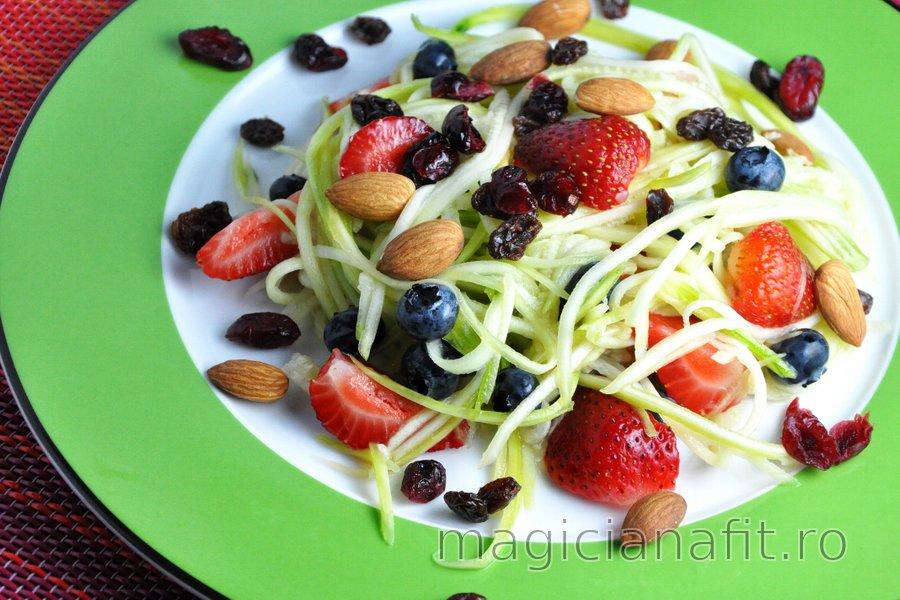 Salată ușoară de zucchini şi fructe cu sos de limetă